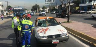 Mata taxista a peatón en accidente en Santa Catarina